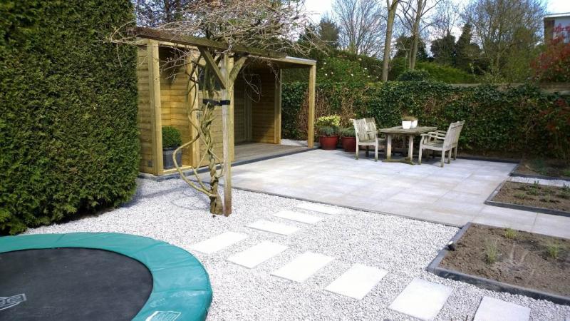 Moderne strakke tuin met hillhout overkapping van for Moderne tuin met overkapping