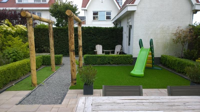 kleine tuin met kunstgras van breukelen groen. Black Bedroom Furniture Sets. Home Design Ideas