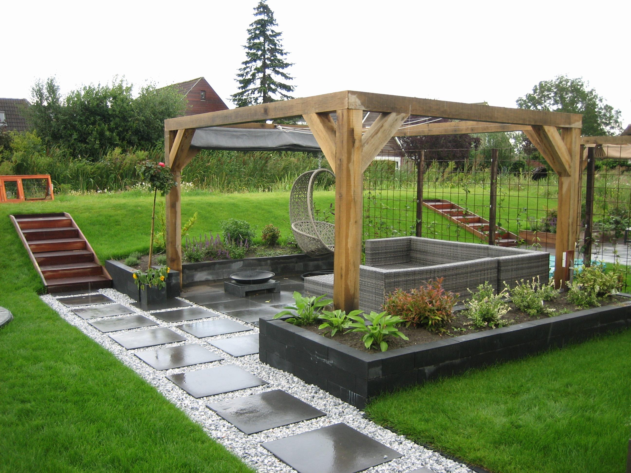 Kindvriendelijke tuin met overkapping en lounge zithoek for Moderne tuin met overkapping