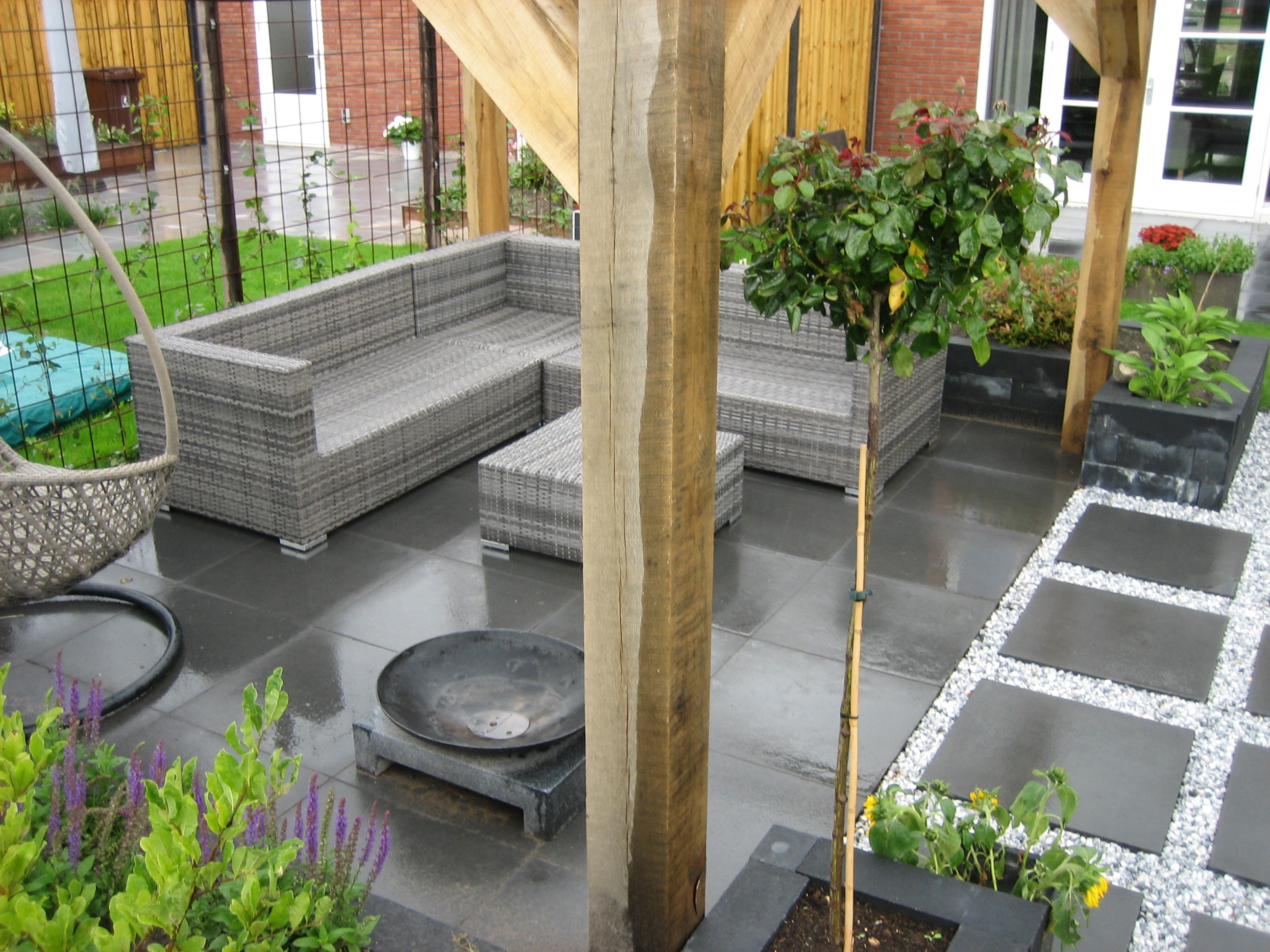 Kindvriendelijke tuin met overkapping en lounge zithoek   van ...