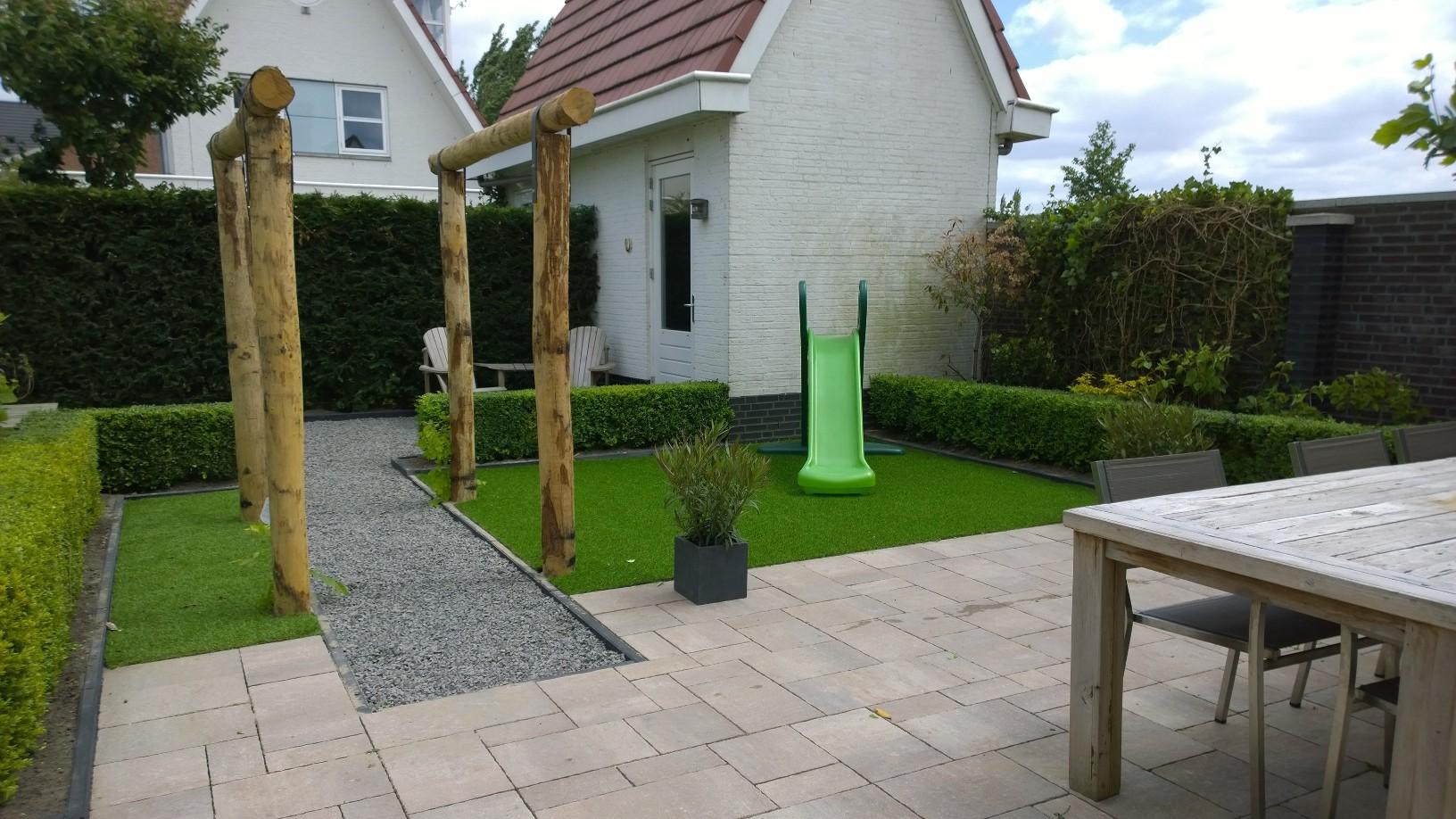 Kleine tuin met kunstgras van breukelen groenvoorzieningen for Tuinontwerp kleine tuin strak
